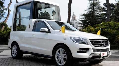 Vatican – Mercedes-Benz M-Class 524.990 USD. Đây chính là chiếc xe bảo vệ an toàn tuyệt đối cho Giáo hoàng Phanxicô khi Người đứng dậy vẫy tay chào người đi đường