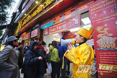 Thậm chí, nhiều người còn đi mua vàng đúng ngày vía Thần Tài bay về trời để cầu mong may mắn, tài lộc trong suốt 1 năm.