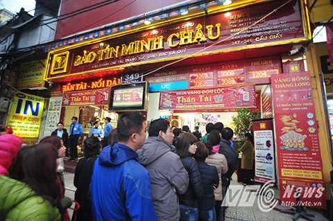Cửa hàng vàng Bảo Tín Minh Châu trên phố Cầu Giấy tấp nập người dân đổ về đây mua vàng.