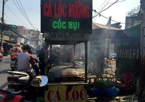 Từ sáng sớm đã có rất nhiều người tới hỏi mua cá lóc nướng về cúng Thần Tài.