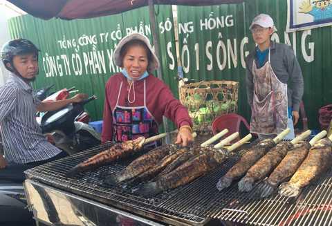 Chị Cúc là người đầu tiên bán cá lóc trên đường Tân Kỳ Tân Qúy.
