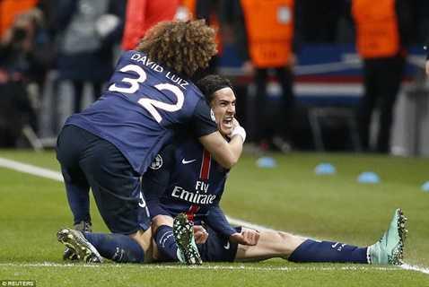 Cavani ăn mừng bàn thắng vào lưới Chelsea