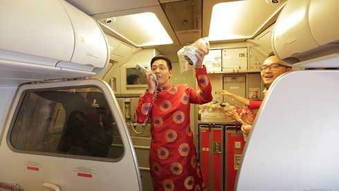 MC Phan Anh đã khiến hàng trăm hành khách trên chuyến bay đầu năm từ Hà Nội đi Kuala Lumpur bất ngờ khi anh cất giọng chào mừng năm mới.