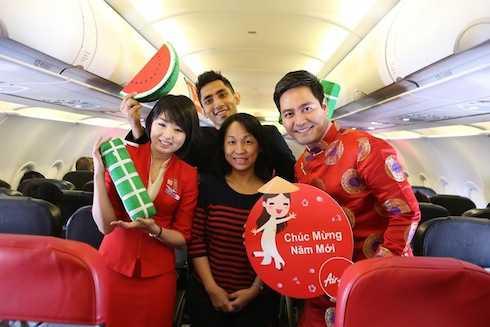 Cùng với các tiếp viên hàng không xinh đẹp, MC Phan Anh tận tay trao gửi những món quà đầu năm xinh xắn, phong bao lì xì may mắn cho một khởi đầu nhiều niềm vui.