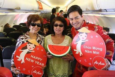 Các hành khách đã rất vui vẻ khi được MC Phan Anh gửi tặng phiếu giảm giá cho tất cả chuyến bay.