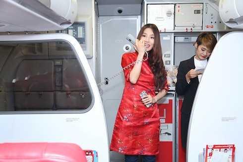 Bên cạnh đó, tại TP.HCM, trên chuyến bay đến Bangkok, cô tiếp viên hàng không đặc biệt Diễm My 9x đã khiến hàng trăm hành khách có mặt đầy bất ngờ khi vừa xuất hiện trong chiếc áo dài đỏ rực rỡ.