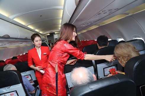 Nữ diễn viên xinh đẹp mang nụ cười tươi tắn cùng lời chúc mừng năm mới với thông điệp 'Khởi hành hanh thông, vạn sự suôn sẻ' đã mang đến 1 giờ bay đầy hứng khởi cho các hành khách có mặt.