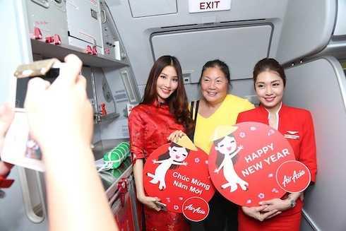 Các khách hàng cũng vô cùng phấn khích với thông tin hơn 20,000 phiếu giảm giá 18% vé máy bay cũng sẽ được trao trong dịp Tết Bính Thân trên tất cả các chuyến bay thẳng từ Việt Nam tới Malaysia và Thái Lan dịp khai xuân đầu năm này.