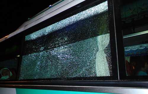 Chếc xe khách do anh Trần Bảo Long làm tài xế bị ném đã vỡ kính. Ảnh: H.P
