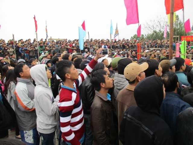 Hàng ngàn người kéo về làng Sình xem đấu vật.