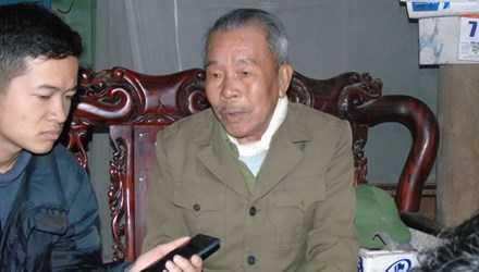 Cụ Nguyễn Xuân Quảng (bố ông Triển) kể lại sự việc với phóng viên.