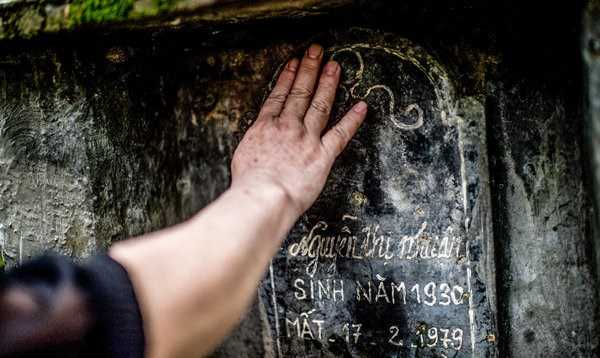Bà Hiền thăm mộ người mẹ đã bị quân Trung Quốc bắn chết ngày 17/2/1979