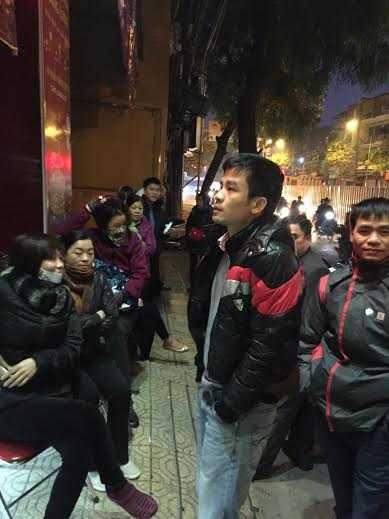 Hàng chục người xếp hàng từ 5h để chờ cửa hàng mở hàng mua vàng lấy may ngày Vía Thần Tài