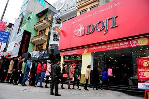 Tại Doji, tình trạng xếp hàng mua vàng cũng diễn ra từ ngày 16/2