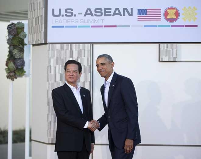 Tổng thống Mỹ Barack Obama chào đón Thủ tướng Nguyễn Tấn Dũng khi ông đến Sunnylands ngày 15/2