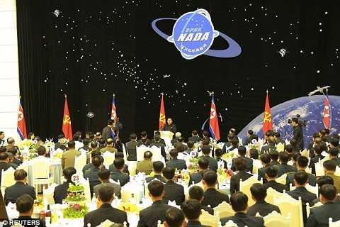 hàng trăm nhà khoa học, kĩ thuật viên và các quan chức cũng đã có mặt tại buổi đại tiệc