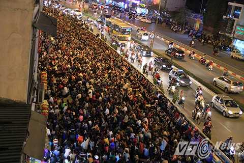 Dòng người nối dài cả cây số trên đường Tây Sơn, bên ngoài chùa Phúc Khánh để lễ bái.