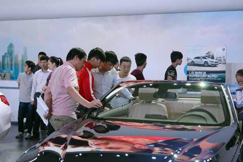 Ngoài ra người mua xe trả thêm chi phí dịch vụ đăng kí đăng kiểm xe khi họ không tự đi làm các thủ tục này.