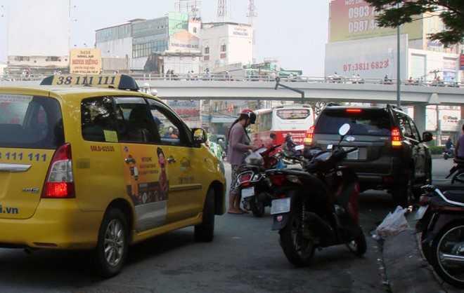 Tệ nạn đậu xe bừa bãi khi mua bán đang góp phần làm giao thông TP HCM thêm hỗn loạn