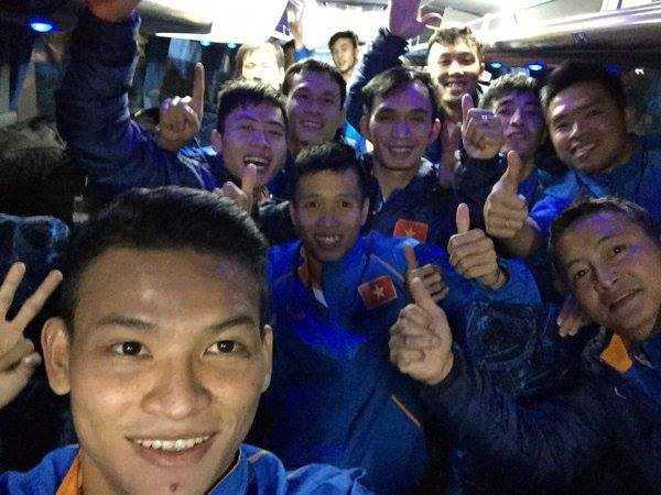 Cả đội futsal Việt Nam hò reo mừng thắng lợi lịch sử