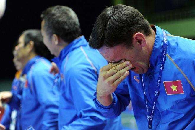 Ban huấn luyên Futsal Việt Nam khóc vì quá vui