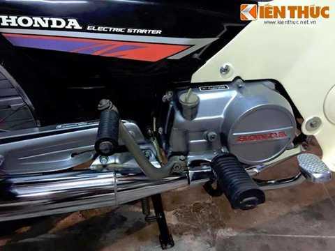 Mọi chi tiết trên xe đều hoàn   toàn nguyên bản, bao gồm cả cặp lốp được lắp sẵn từ nhà máy PT Astra của   Honda tại Indonesia. Phần yếm xe đã ngả sang màu ngà theo thời gian,   tuy nhiên đầy là chất màu được những người sưu tập xe đánh giá cao do   chỉ có loại yếm