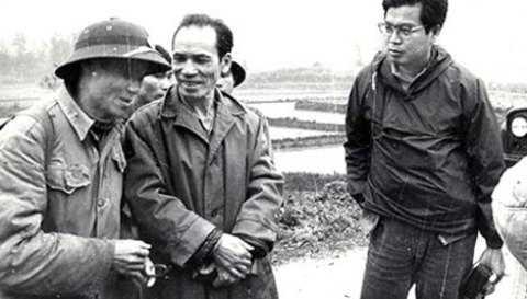 Nhà báo Takano (bên phải ảnh) trước khi hy sinh. (Ảnh tư liệu)