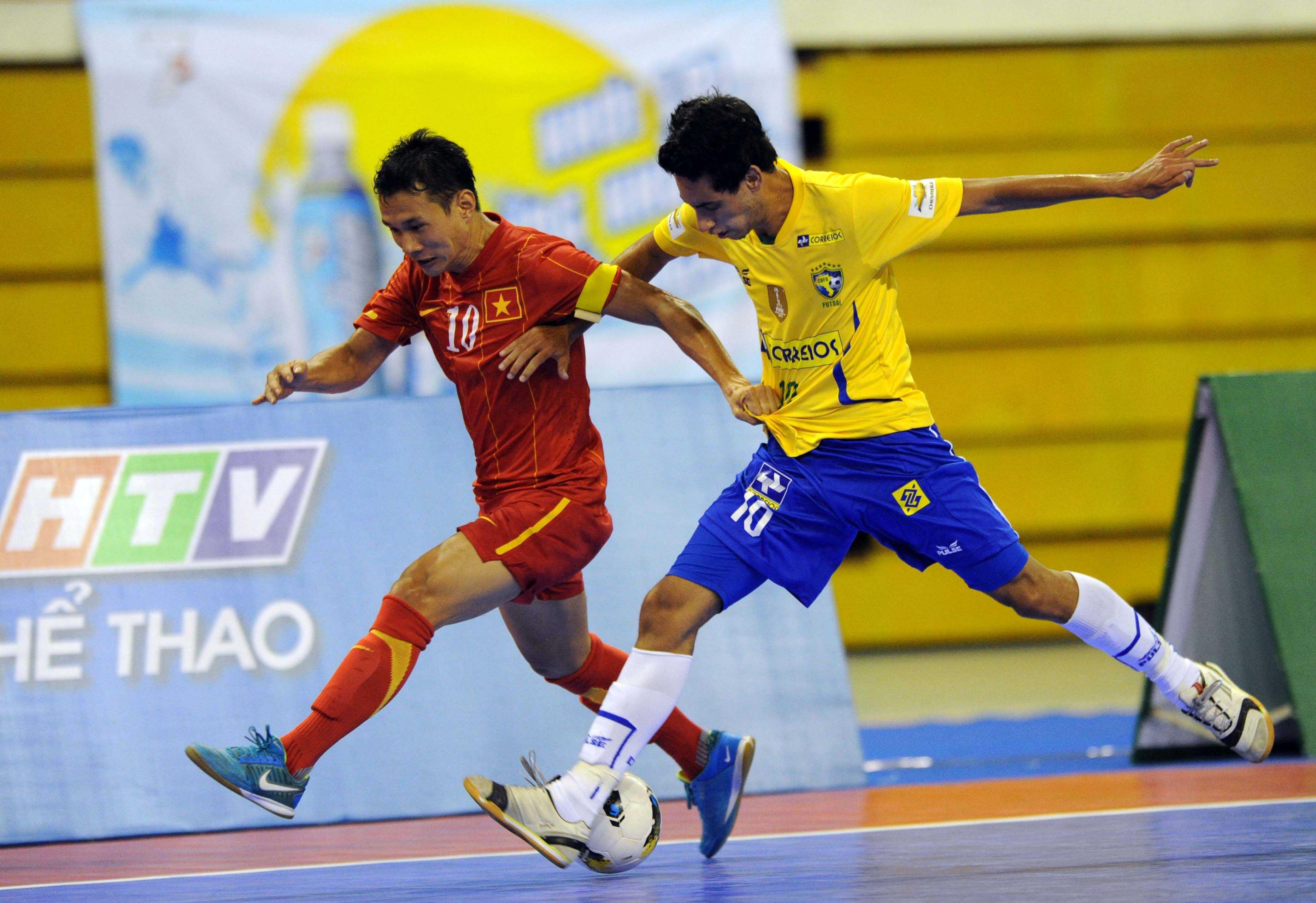 Nguyễn Bảo Quân (đỏ) được ví như anh cả của futsal Việt Nam.