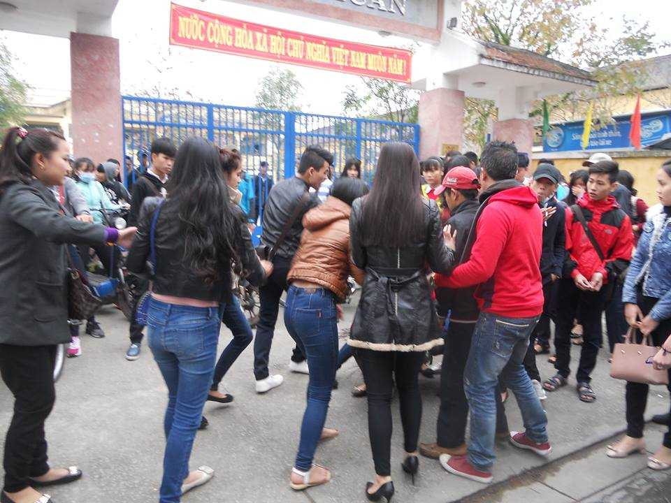 Một nữ sinh lớp 10B4 trường THPT Bùi Thị Xuân bị một nhóm người hành hung trước cổng trường. (Ảnh: Facebook)