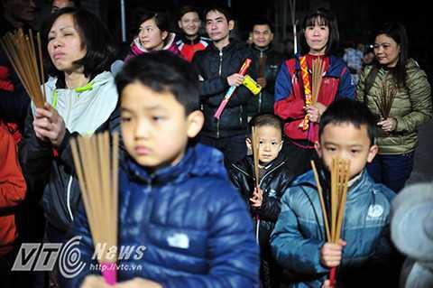 Lễ hội có cái tên cũng rất đặc biệt, 'Lễ xin đỏ'. Hầu hết dân trong làng đều tham gia, họ mang sẵn hương đến hoặc lấy hương trong đình chờ đến giờ châm vào đống lửa giữa sân đình.