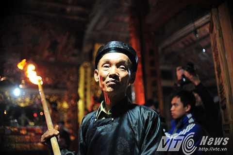 Đúng 21h tối 11 tháng Giêng (âm lịch) hàng năm, ngọn lửa sẽ được một cụ cao tuổi trong làng rước từ trong Đình làng ra ngoài sân để hoá vàng mã.