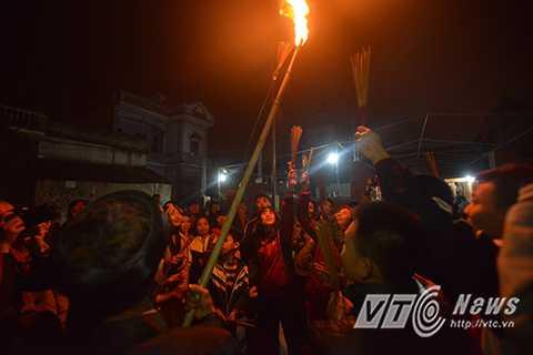 Với quan niệm xin lộc phải xin từ gốc nên người dân hò nhau xin lửa từ khi bó đuốc được đưa từ đền ra.
