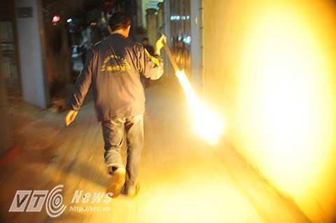 Sau khi xin được lửa, mọi người phải đi thật nhanh về nhà hoặc tìm mọi cách giữ được lửa cho đến khi đưa lên bàn thờ tổ tiên.