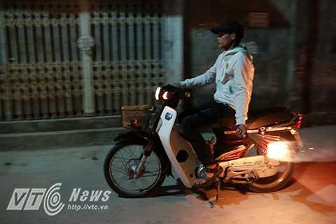 Thậm chí nhiều người ở xa còn đi xe máy, xe đạp điện để tiết kiệm thời gian.
