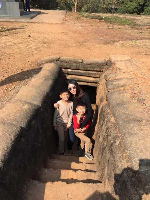 Vợ chồng Hoa hậu Việt Nam 1992 đưa 3 con ghé thăm ruộng bậc thang ở Mù Cang Chải, tìm hiểu về cuộc sống của người Thái đen hay đến di tích lịch sử đồi A1 tại Điện Biên...
