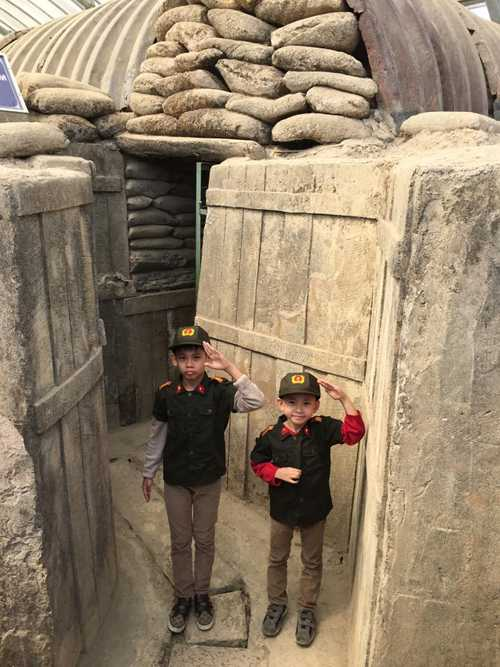Hai con trai Vương Khang và Vương Khôi thích thú khi mặc trang phục bộ đội và khám phá hầm Đờ Cát.