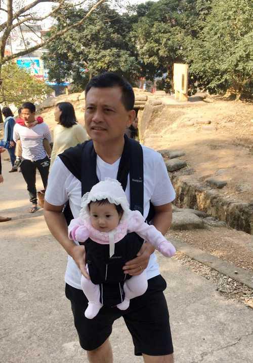 Ông xã đại gia của Hà Kiều Anh ẵm con gái út thay cho vợ. Cô bé Huỳnh Vivian mới 3 tháng tuổi nhưng rất bụ bẫm, đáng yêu.