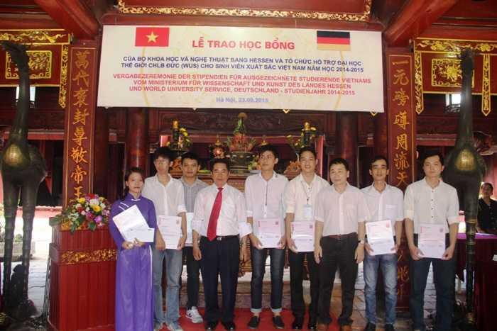 Nguyễn Văn Hiệp (thứ 2 từ phải sang) nhận học bổng của Đức dành cho sinh viên xuất sắc tại Việt Nam