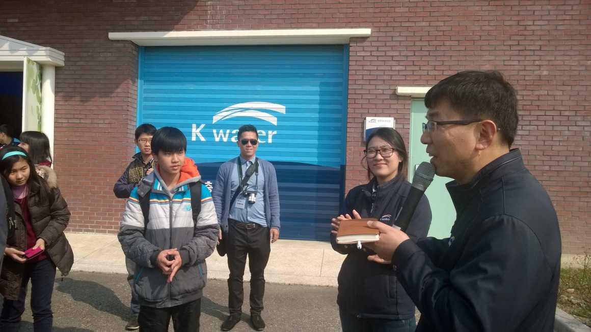 Đội đạt giải Nhất cuộc thi Eco Challenge Việt Nam 2015 cùng các học sinh quốc tế đến thăm nhà máy lọc và sản xuất nước của K-Water (Hàn Quốc)