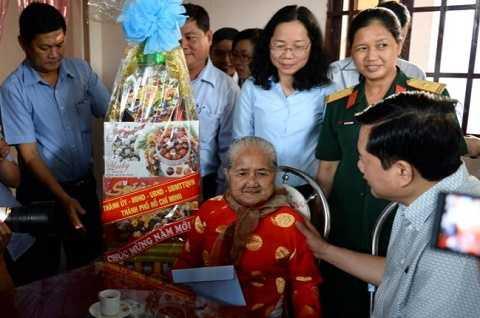 Bí thư Thành uỷ TP.HCM Đinh La Thăng thăm mẹ Việt Nam Anh hùng Nguyễn Thị Em. Ảnh: Thuận Thắng (Tuổi Trẻ)