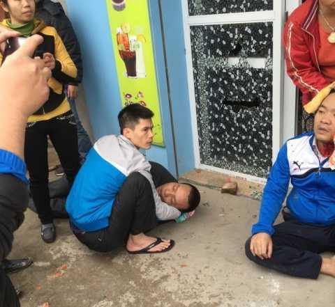 Anh Bốn ngất sau khi bị nhóm người hành hung