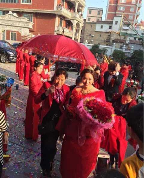 """Chuyện cô dâu với số tiền hồi môn lên tới   3,88 triệu Nhân dân tệ (tương đương 594.601 USD) tại tỉnh Phúc Kiến của   Trung Quốc chưa hết """"nóng"""" thì mới đây một cô dâu khác lại tiếp tục   """"phá kỷ lục"""" trên."""