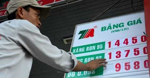 Giá xăng RON 92 chỉ còn 13.750 đồng/lít. Ảnh: Zing
