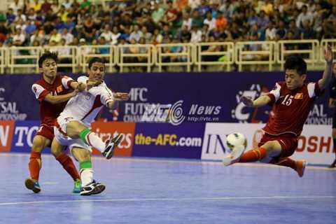 Việt Nam đối đầu với Iran ở tứ kết futsal châu Á 2014 (Ảnh: Quang Minh)
