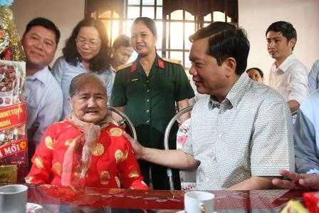 Bí thư Đinh La Thăng thăm Mẹ Việt Nam Anh hùng - Ảnh: Dân trí