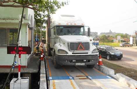 Trạm cân kiểm tra tải trọng xe lưu động trên quốc lộ 1 đoạn qua xã Phước Lộc (huyện Tuy Phước, Bình Định), nơi xảy ra vụ cho xe có dấu hiệu quá tải đi qua. Ảnh: LT