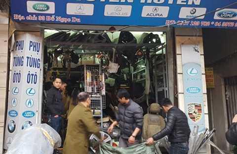 Phụ tùng ô tô được bày bán tại chợ Trời đủ mọi chủng loại