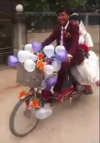 Cảnh rước dâu bằng xe đạp điện của đôi bạn trẻ xứ Nghệ. Ảnh: Cắt từ clip.