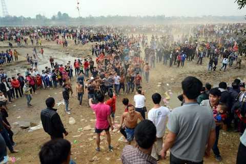 Mặc dù nghi thức chính diễn ra vào buổi chiều muộn nhưng ngay từ buổi trưa đã có hàng nghìn thanh niên tập trung thành nhiều nhóm, cởi trần hò hét dưới bãi sông.