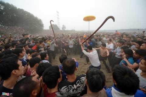 15h, các bô lão của làng rước 3 quả phết xuống bãi sông và chôn lần lượt xuống đất.
